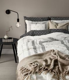 White/patterned. King/queen duvet cover set in densely woven cotton percale with a printed pattern. Duvet cover fastens at foot end with concealed metal