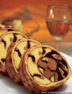 Tiger cake Swiss Roll Cakes, Swiss Cake, Cake Roll Recipes, Pastry Recipes, Oxtails And Gravy Recipe, Tiger Cake, Chocolate Roll, Decadent Cakes, British Baking