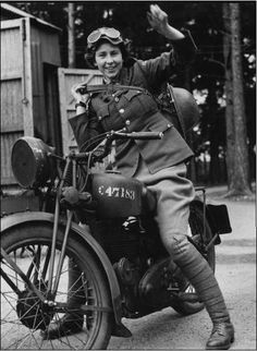 Vintage Motorcycles 605804587358454221 - May 1941 Despatch rider Source by thibauddanton British Motorcycles, Vintage Motorcycles, Triumph Motorcycles, Custom Motorcycles, Lady Biker, Biker Girl, Vintage Biker, Vintage Cars, Vintage Vespa