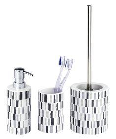 Dieses Badaccessoires-Set mit dem modernen Mosaik-Muster ist aus hochwertiger Keramik und ein toller Blickfang für Bad und Gäste-WC. Das Set steht aus einer WC-Garnitur, einem Seifenspender und einem Mundspülbecher. Gesehen für € 39,99 bei kloundco.de.