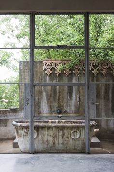 Outdoor tub with a garden view. Outdoor Tub, Outdoor Baths, Outdoor Rooms, Outdoor Living, Outdoor Showers, Stained Concrete, Concrete Patio, Toscana Italia, Marble Bath