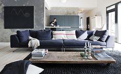 Una casa con base de gris y negro