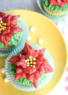 How to Make Poinsettia Cupcakes • CakeJournal.com
