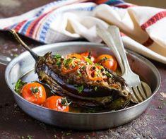 Bár a padlizsán egyik leggyakoribb elkészítési módja a padlizsánkrém, a jellegzetes püspöklila zöldségből sokféle fogás készíthető a krémen túl is. Rengetegféleképpen elkészíthető, ráadásul most olcsóbban is hozzájuthatunk. Feldobhatjuk vele a lecsót, grillezhetjük, tölthetjük, tésztákhoz vagy rakott ételekhez adhatjuk, de akár főzeléket és krémlevest is csinálhatunk belőle. Íme 15 recept, amiből mindenki kedvére válogathat! Turkish Recipes, Ethnic Recipes, Ratatouille, Low Carb, Meat, Food, Carne, Ground Meat, Cherry Tomatoes