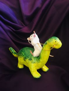Taxidermy mouse riding a dinosaur Funny Rats, Cute Rats, Cute Hamsters, Cute Little Animals, Cute Funny Animals, Funny Animal Pictures, Baby Animals, Cute Mouse, World Of Interiors