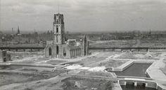 De zwaar beschadigde Laurenskerk in het verwoeste centrum van Rotterdam, kort na het einde van de Tweede Wereldoorlog