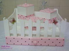 Kit para higiene do bebê, composto de 3 peças, em mdf, pintadas e decoradas. Fazem parte dele: bandeja com 3 potes, abajur e lixeira. A decoração pode ser feita com outros motivos e cores. Lindo e muito delicado para enfeitar o quarto do bebê ou para presentear! R$158,00