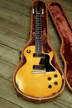 Mid Les Paul owned by Jimi Hendrix Gibson Electric Guitar, Vintage Electric Guitars, Vintage Guitars, Gibson Epiphone, Gibson Guitars, Fender Guitars, Acoustic Guitars, Gibson Les Paul, Guitar Tips