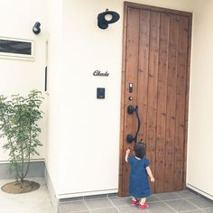 アイリッシュパイン/リクシル/玄関ドア/シマトネリコ/シンボルツリー/アイアン表札…などのインテリア実例 - 2016-08-12 22:46:37 | RoomClip(ルームクリップ) Name Plates For Home, Small House Plans, Interior And Exterior, Ideal Home, Tall Cabinet Storage, Tiny House, Architecture Design, Sweet Home, New Homes