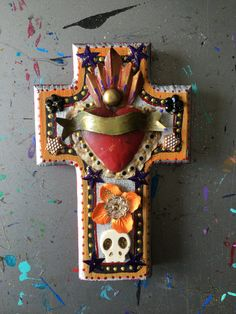 Ornement étain vintage ex-voto sur la Croix en bois / mexicain métal sacré-coeur milagro de sacré-coeur / / art ooak / Love de cadeau de mariage de coeur