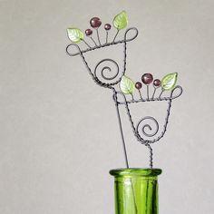 Zápich drátovaný - Květinový Drátované zápichy Dekorativní zápich - květina ze železného drátu, doplněná skleněnými zelenými a fialovými korálky. Jako zápich do květináče, do vázy, jako dekorace k suchým vazbám..jako dárek místo živé květiny..jak je libo :) V nabídce i jiné varianty Celková délka cca 37cm, květ 7x7cm. Kus od kusu se mohou minimálně lišit. ... Wire Crafts, Jewelry Crafts, Twig Art, Wire Flowers, Craft Night, Jewel Box, Wire Work, Wire Jewelry, Fascinator