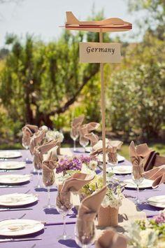 Centre de table avion en bois pour des mariages sur le thème du voyage