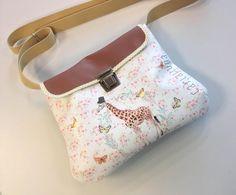Los bolsos de Carlalluna son una invitación a soñar. El modelo Big Box  está elaborado en ecopiel de alta calidad ilustrada, con motivos delicados, relacionados con la naturaleza, lo vintage y lo naïf. Están fabricados a mano, realmente resistentes, impermeables. shop.carlalluna.es #carlalluna #bags #ecoleather #gift #naif #handmade #giraffe #barcelona #unique #art