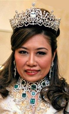 Tengku Nurul Kamalia Princess of Pahang, Malaysia, wearing the emerald parure and diamond tiara.