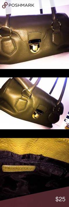 Bloomingdales olive green bag Like new Bloomingdales olive green leather bag Bloomingdale's Bags Shoulder Bags