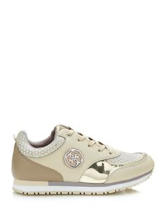 This sneaker in real leather has an attention-grabbing logo detail on the side, as well as a laminated look that teams with the tone-on-tone pattern to bring a modern touch to sporty looks for the on-trend woman