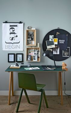 Workplace with different wall decorations. As a circular chalkboard, different shapes photo frames and wall posters | Styling Fietje Bruijn | Photographer Dennis Brandsma | vtwonen catalog autumn 2015 | #vtwonencollectie