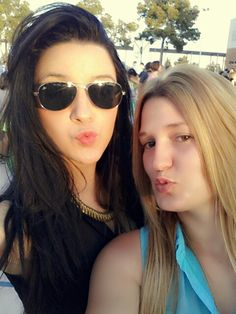 With my tata. Guapas. Nice. Beautiful. Tias bienas. Blonde. Brunette. Friends. Summer. Heat.