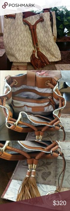 🚨💥 FINAL PRICE DROP💥🚨 MK PURSE Lots of compartments. In fabulous condition. Michael Kors Bags