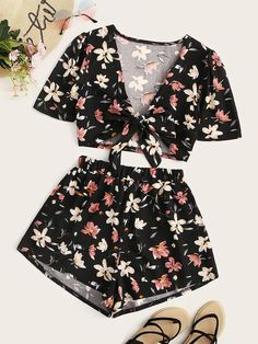 To find out about the Floral Print Tie Front Top With Shorts at SHEIN, part of our latest Two-piece Outfits ready to shop online today! Cute Lazy Outfits, Girly Outfits, Pretty Outfits, Stylish Outfits, Cool Outfits, Two Piece Outfits Shorts, Crop Top Outfits, Girls Fashion Clothes, Teen Fashion Outfits