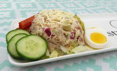 Super lekker deze salade! Ingrediënten voor 4 porties: • 1 (grote) bloemkool (in roosjes gesneden) • 3 el Zaanse mayonaise • 200 gr Corned beef (in blokjes) • 1 ui (gesnipperd) • 1 a 2 eitjes…