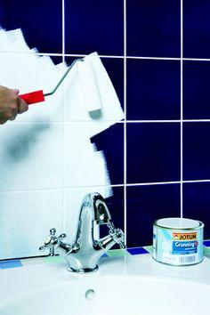 2. Dæk håndvask, armatur og bruser af med afdækningsplastik. Mal to gange med hæftegrunder på oliebasis. Den sikrer, at den yderste maling kan binde på fliserne. Lad hvert lag tørre i cirka otte timer, før det næste males på. Home Hacks, Diy Hacks, Dyi Bathroom, Dream Bathrooms, Bathroom Inspiration, Diy Painting, Own Home, Diy And Crafts, Interior Decorating