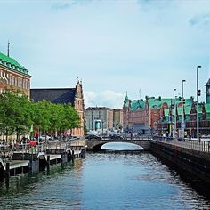 The nice copper roofs of #Copenhaguen with direct view on the canal; looking a bit like Amsterdam ! The sky was always cloudy during the week but we never had rain, a chance ⛅️ Les jolis toits de cuivre de Copenhague qui donnent sur le canal e