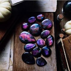 Stunning purple labradorite from 💜🙌🏼💜 This amazingly talented artist is having a giveaway featuring these beauties. Cool Rocks, Beautiful Rocks, Dead Gorgeous, Minerals And Gemstones, Rocks And Minerals, Crystal Magic, Crystal Healing, Saphir Rose, Mineral Stone