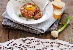 Original Beef Tatar » Kochrezepte von Kochen & Küche Eggs, Breakfast, Food, Cooking Recipes, Food Food, Morning Coffee, Egg, Essen, Yemek