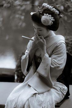 ☆ Alternative Purple ☆彡 : Photos Chris Garver, Geisha Kunst, Geisha Art, Geisha Japan, Kyoto Japan, Okinawa Japan, Geisha Tattoos, Irezumi Tattoos, Japanese Beauty
