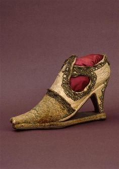 A lady's shoe (Cl. 10402), late 16th century