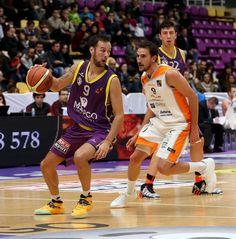 Sergi Pino controla el balón ante la atenta mirada del rival ovetense