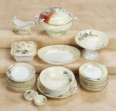 De Kleine Wereld Museum of Lier: 174 French Porcelain Doll's Dinner Service in Rare Colors