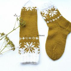 Ravelry: Septemberfot sokker / Septemberfoot socks pattern by MaBe Wool Socks, Knitting Socks, Hand Knitting, Yarn Projects, Knitting Projects, Knitting Designs, Knitting Patterns, Lots Of Socks, Knitting Accessories