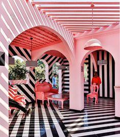 Het interieur van dit restaurant is de spannende combi tussen roze en zebrastrepen