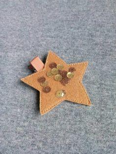 Spinka gwiazdka w kolorze brązowym wykonana z filcu ozdobiona tiulem i cekinami. Wym 6,5cm, klips: krokodyl 4,5cm.