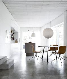 tout savoir sur le béton ciré, sol en béton ciré, table ronde et chaise design