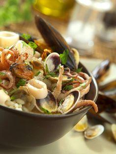 Rice salad with fish - Con l'Insalata di riso di mare Spadellandia mette in tavola un primo nutriente, ricco di sali minerali e omega 3. Che goduria, non vi resta che assaggiare! Fish And Seafood, Light Recipes, Fett, Japchae, Ramen, Potato Salad, Buffet, Food Porn, Healthy Recipes