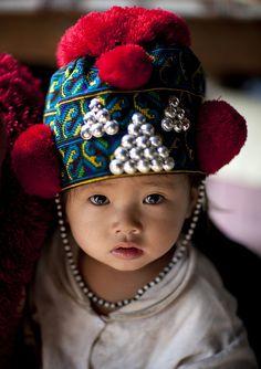 Bébé de la tribu Yao (ou Mien). Photo d'Eric Lafforgue.
