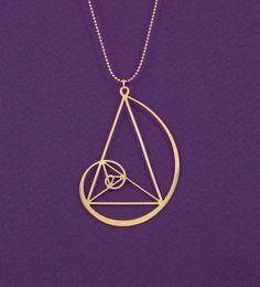 Tem até colar com a Curva Áurea, coisa que quem passa pela geometria (ou vai pra áreas do Design) conhece bem! (Imagem: Reprodução/Pinterest)