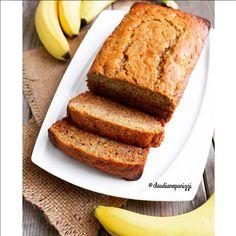 Pão de banana Ingredientes: 1 1/2 xícara (chá) farinha sem glúten - usei @bobsredmillbrasil 4 bananas grandes bem maduras e amassadas 2 ovos batidos 1/2 xícara (chá) de óleo de coco 2 colheres (sopa) de leite de amêndoa  1/2 xícara (chá) de mel 1 colher (chá) de bicarbonato de sódio  1 colher (café) de canela 1 colher (café) noz-moscada  1 pitada de sal rosa Pré-aqueça o forno a 180°. Em uma tigela grande, misture a farinha, o bicarbonato, a canela, a noz-moscada e o sal. Em outra tig