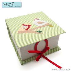 """Stabile Box aus Pappe, in Handarbeit mit Papier bezogen und mit süßen """"Weihnachts""""-Vögeln versehen. Verschlossen wird die Box mit einem roten Band um einen Ring. Recycled paper. Perfekt für DiY Geschenke! Die Schachtel geht für Handarbeiten bis Kekse :). #NOI home & fashion in #hamburg #NOIhamburg #Verpackung #Weihnachten #papeterie"""