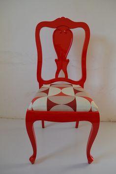 Cadeira antiga laqueada em vermelho.