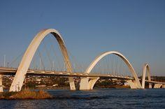 Ponte Juscelino Kubitschechek, Brasília, DF, Brasil. Inaugurada em 15 de dezembro de 2002, a estrutura da ponte tem um comprimento de travessia total de 1200 m, largura de 24 m com duas pistas, cada uma com três faixas de rolamento, duas passarelas nas laterais para uso de ciclistas e pedestres com 1,5 metros de largura e comprimento total dos vãos de 720 m. Fotografia: Fernando Mendes no Flickr.