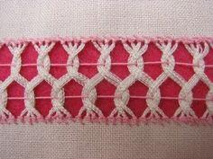 Sencilla puntada, entrelazando vainicas de dos en dos (puntada anterior, muestrario 4) en dos filas desfasadas. Se puede usar en cortinas, servilletas, franjas de rebozos y mantelería en general. Tela: lino Panamá. Hilo: Omega crochet del 20 color rosa..