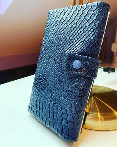 Lady of Blackwood sur Instagram: Portefeuille complice en simili croco bleu. Patron de chez @patrons_sacotin #sacôtin #portefeuille #jeportecequejecouds…