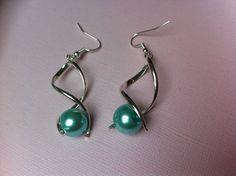 boucles d'oreille spirale avec perle en verre effet nacré bleu turquoise : Boucles d'oreille par nessymatriochka