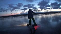 Qui a dit que le froid empêchait de rider en skate électrique ? Notre importateur estonien prouve le contraire avec une belle vidéo en skate électrique Cross800 et Cross1000 sur un lac gelé. Regardez la vidéo ici : https://fr.evo-spirit.com/skates-electriques-cross-de-evo-spirit-glace/