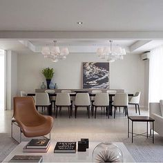 Sala integrada e super sofisticada {Projeto: Paula Magnani Arquitetura} #Repost @fabiarquiteta ・・・ #inspiraçãofg #referênciafg #fabianegiestasarquitetura #dinningroom #livingroom #decor #living #homedecor #arquiteta #instamood #glamour #photooftheday #luxuryhomes #luxurydesign #decoracion #sp #ny #homestyle #arquitetura #blogger #classic #modern #blogfabiarquiteta #fabiarquiteta
