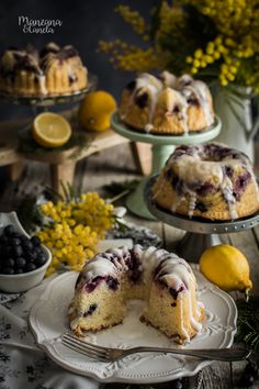 Bizcocho de limón y arándanos. Lemon and blueberries bundt cake.